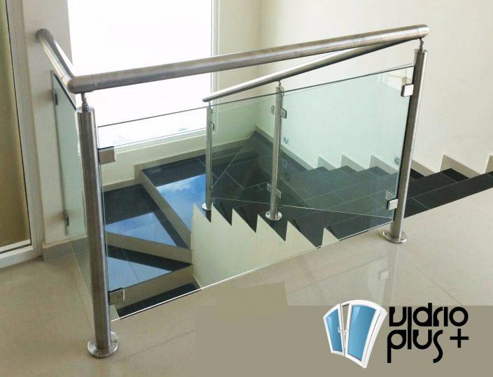 escalera de vidrio templado y pasamanos de acero