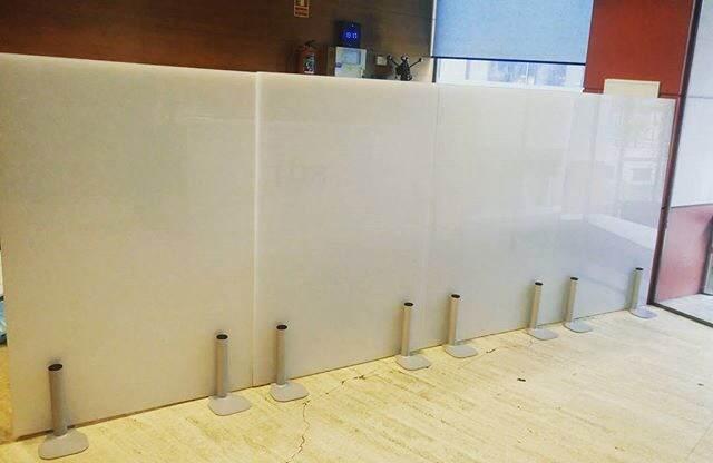 muro de vidrio templado con mini postes