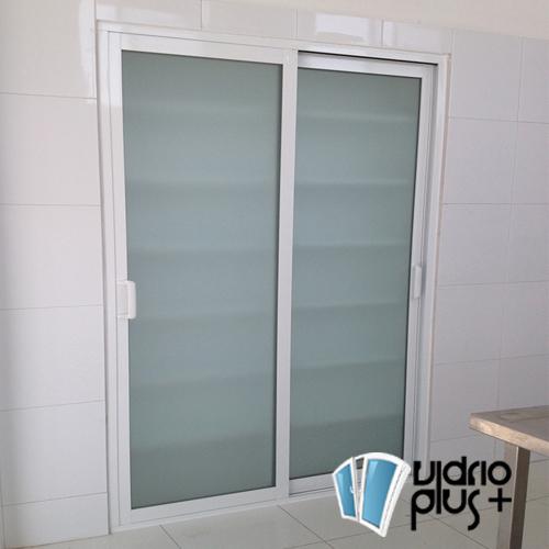Puerta corrediza aluminio natural y vidrio tintex esmerilado