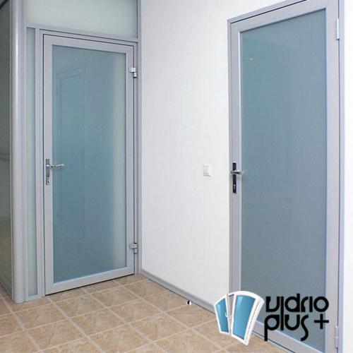 Puerta Abatible 2 pulg. de Lujo Aluminio Color Bco., Vidrio Satinovo 6mm