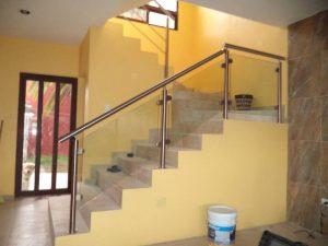 escalera de vidrio templado y pasamanos de acer